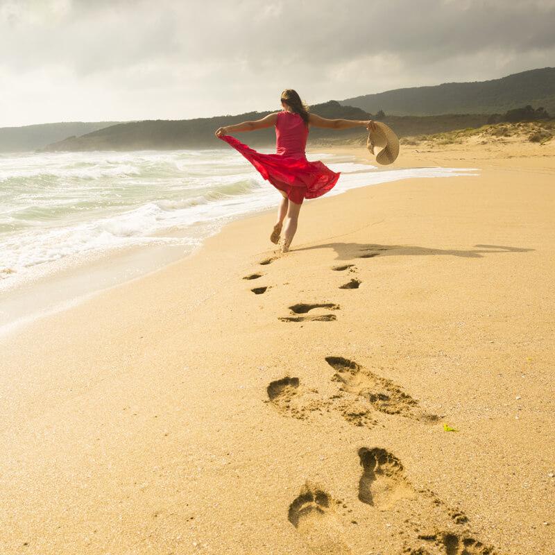 Vrouw dansen op strand